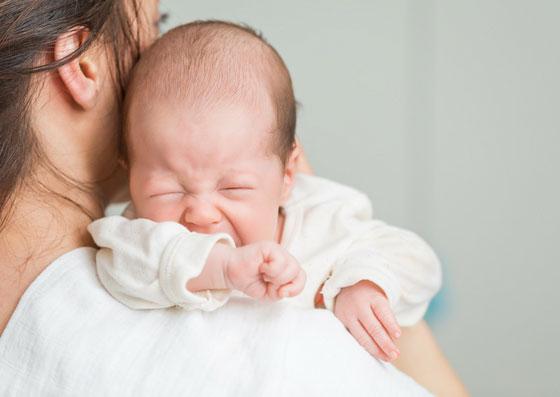 Bebê chorando com dor de cólica