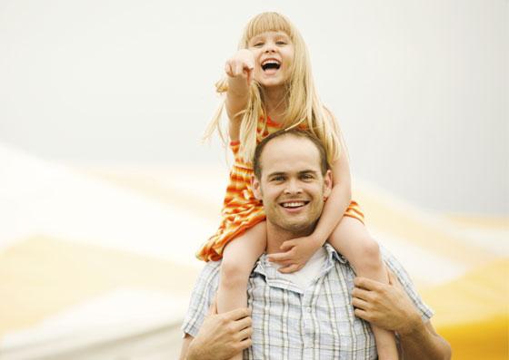 Filha nos ombros do seu pai, demonstrando independência