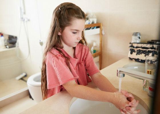 Criança mantendo o hábito de higiene, lavando suas mãos