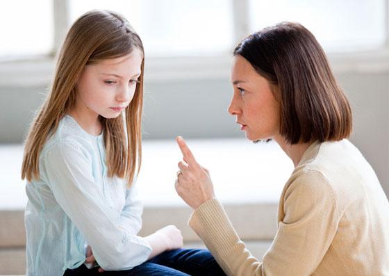Mãe impondo limites a filha, que demonstra chateação