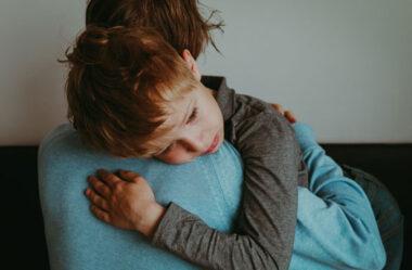 Como ajudar seu filho a lidar com a morte de um familiar
