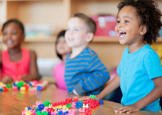 Criança em um momento lúdico de aprendizado (educação) na escola