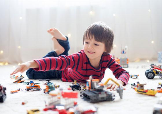 Criança se divertindo com seu brinquedo lúdico (educação)