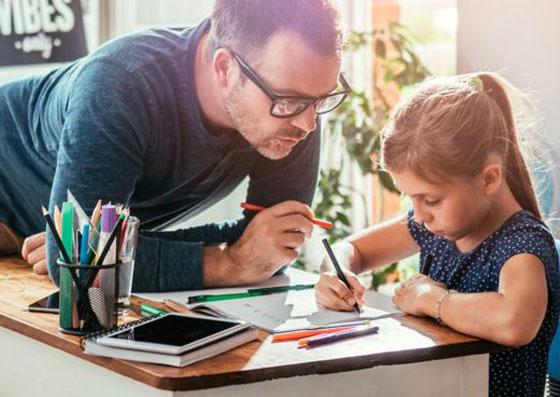 Pai ajudando sua filha com a lição de casa (estando presente no seu desenvolvimento)