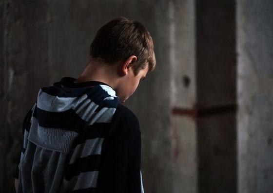 Jovem triste e sozinho, aparentando depressão