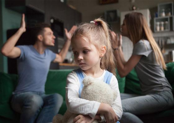 Pais discutindo e brigando na frente da filha (alienação parental)