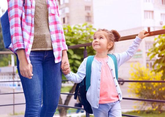 Filha com a mãe no primeiro dia de escola (volta às aulas)