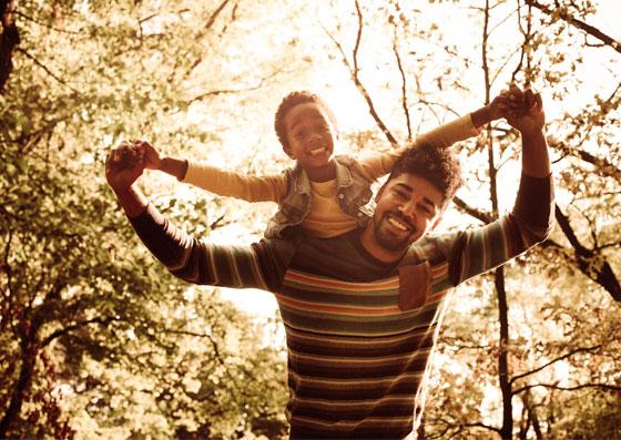 Pai solteiro, carrega seu filho nas costas