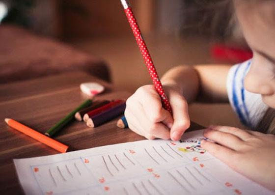 Menina estudando (responsabilidade)