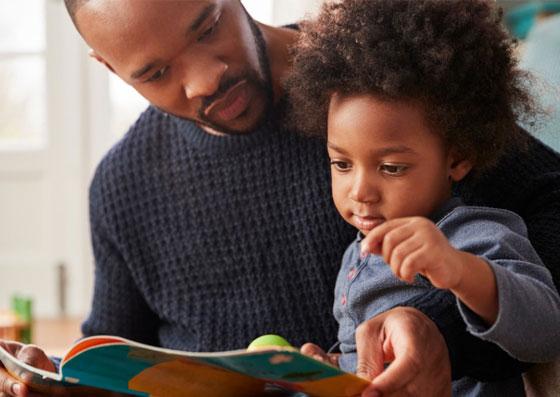 Pai e filho lendo um livro juntos