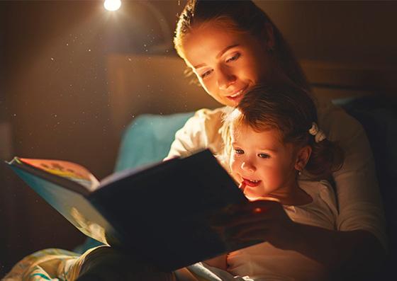 Mãe lendo um livro para seu filho (criança)
