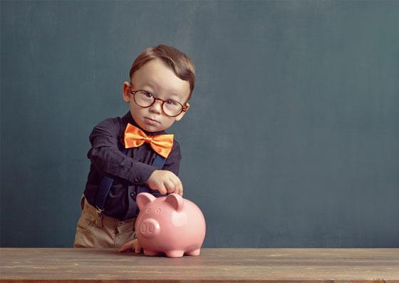 Criança (Filho) depositando um dinheiro no seu cofrinho