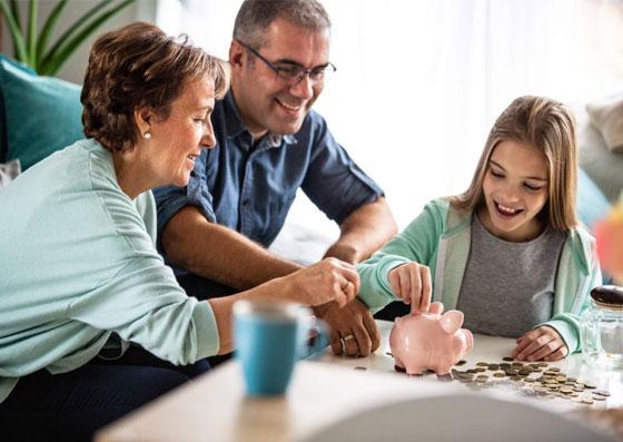 Pais ensinando ao sua filha o valor da educação financeira