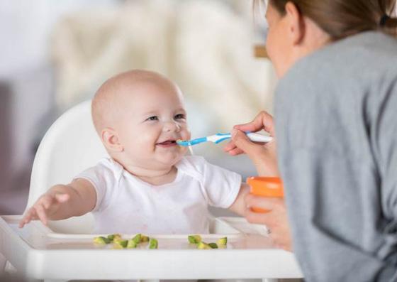 Bebê sendo alimentado (Introdução Alimentar)