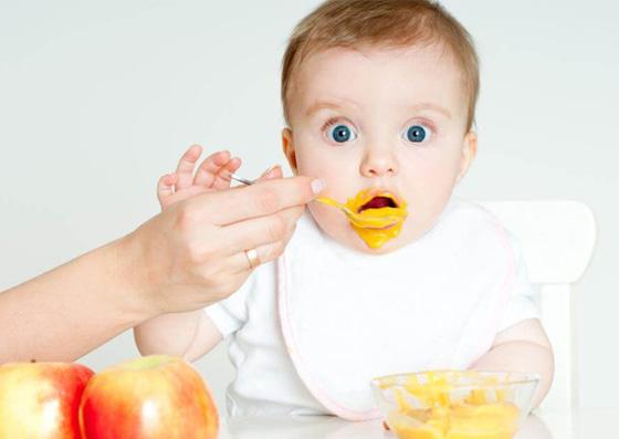 Bebê comendo papinha (método alimentar)