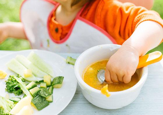 Criança comendo alimentos (método alimentar)